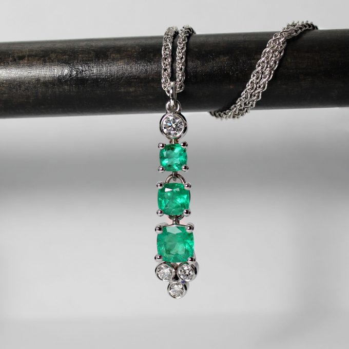Caroline Savoie Pendentif Émeraudes Diamants Or Blanc Bijoux Quebec Montreal Handmade Jewelry Emeralds Diamonds Pendant Fait Main Joaillier Jeweler White Gold